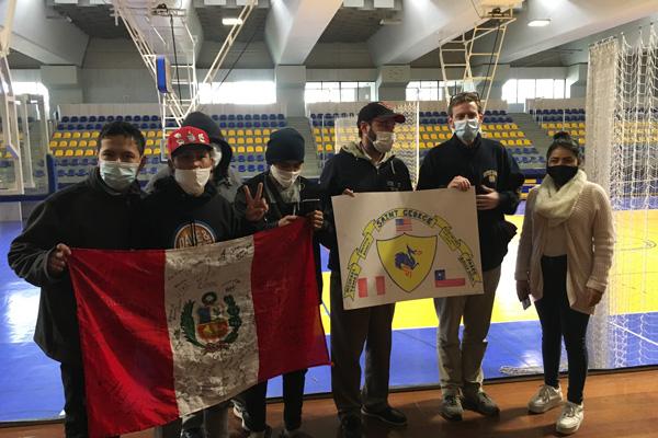 Colegio Saint George acoge a familias peruanas en el gimnasio del colegio